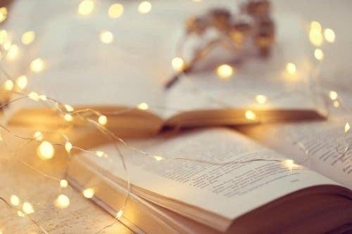 Kædelys, der ligger over en bog