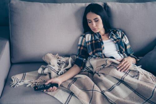 Kvinde, der er faldet i søvn på sofaen