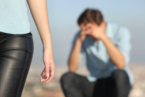Kvinde, der går fra trist mand