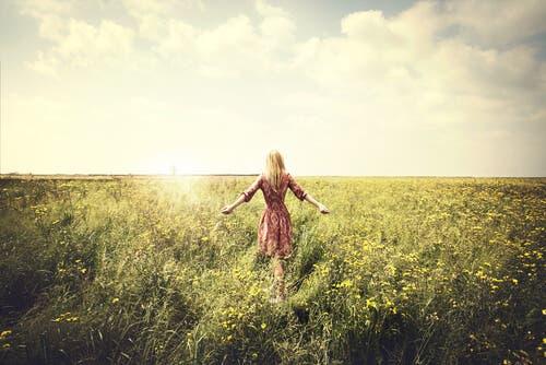 Kvinde, der går på en mark