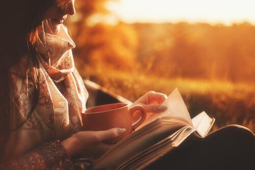 Kvinde, der læser udenfor