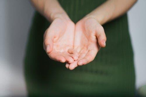 Kvinde, der rækker sine hænder frem