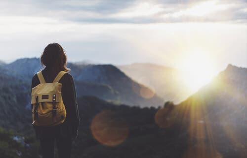 Kvinde med rygsæk i natur