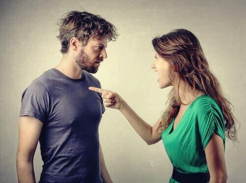 At beskylde andre: En kvinde, der skændes med en mand og peger på ham for at give ham skylden