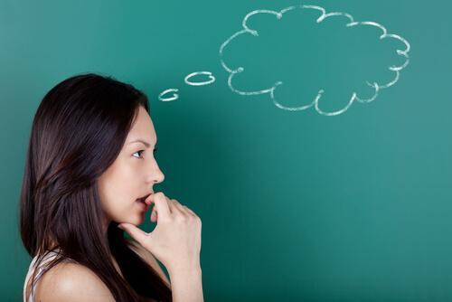 Kvinde med tankebobel anvender den paradoksale intentionsteknik
