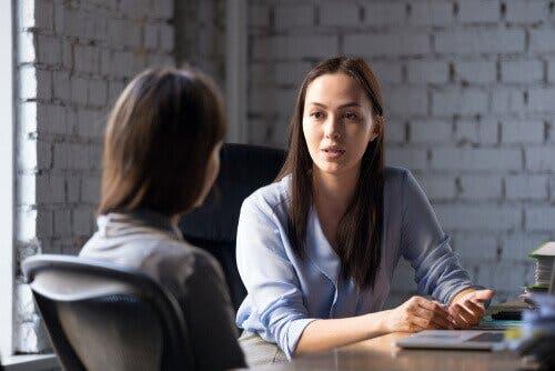 Terapeut taler med klient