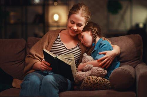 Mor, der læser med datter