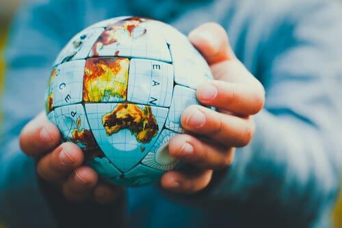 Person, der holder en globus