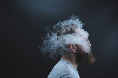 Røgsky omkring mands hoved