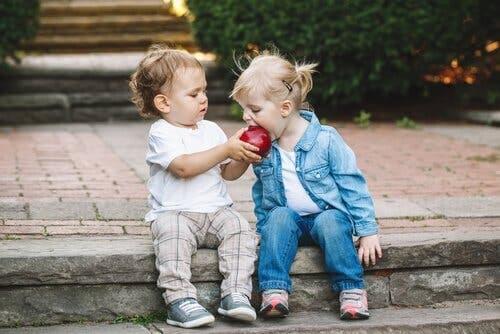Små børn, der deler et æble