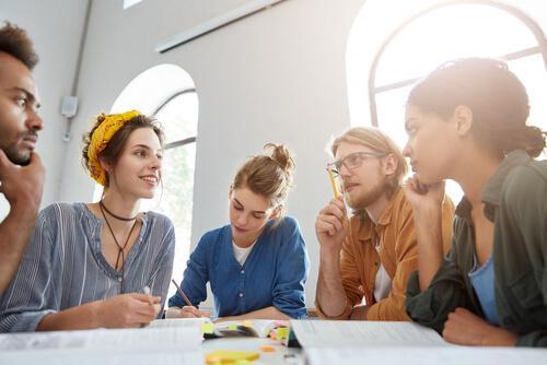 Studerende ved bord anvender begrebsmæssig ændringsteori