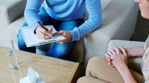 Terapeut med klient anvender den paradoksale intentionsteknik
