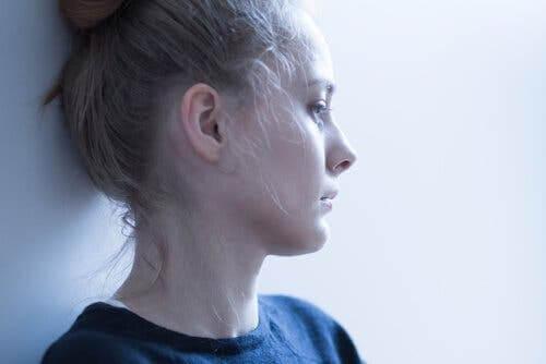 Trist ung kvinde