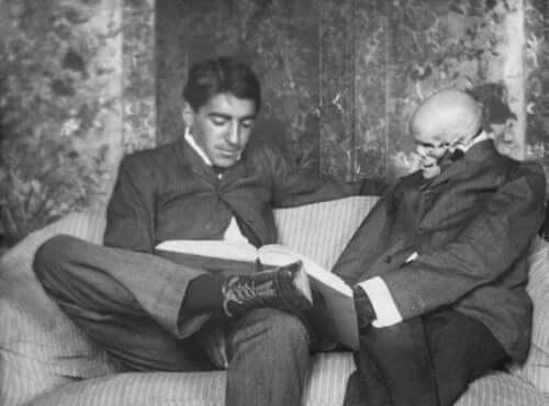 Gregorio Marañón, der læser med et skelet