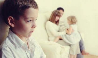 Undgå jalousi hos børn, når der kommer en baby