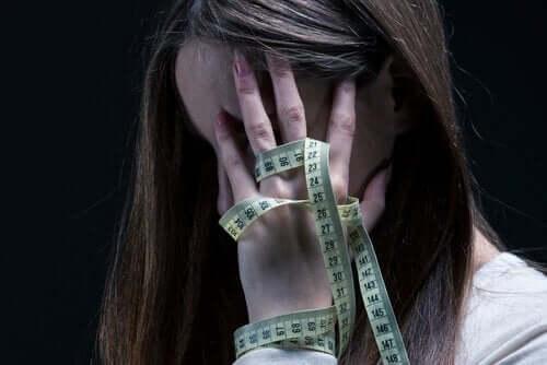 Anoreksi og selvskade: Symptomer og behandling