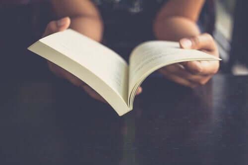 Kvinde læser Little Women