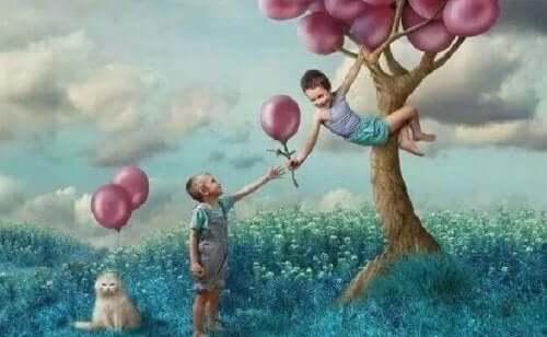 Dreng i et træ med balloner