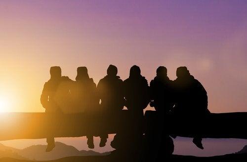 En gruppe venner, der ser solopgang