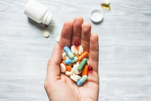 Person med hånden fuld af piller