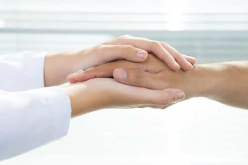 Hænder, der omfavner hånd