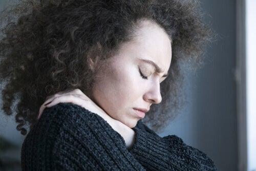 Kvinde med mange bekymringer lukker øjnene