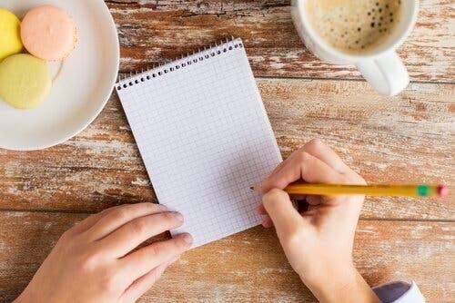 Kvinde, der er klar til at planlægge sin tid for at være mere effektiv