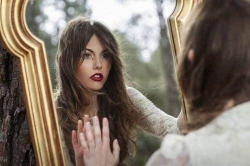 Kvinde i skov ser sig i spejl