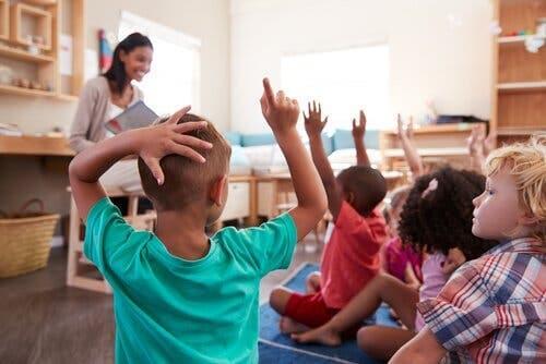 Lærer med børn i skole ønsker at udvikle intelligens
