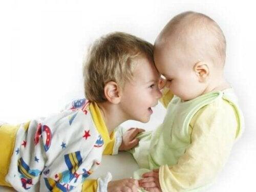 Lille dreng og baby