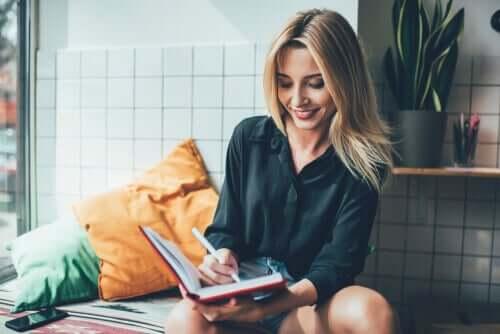 Kvinde fører dagbog
