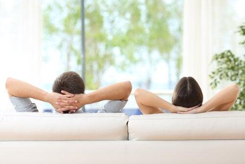 Par, der sidder i sofa