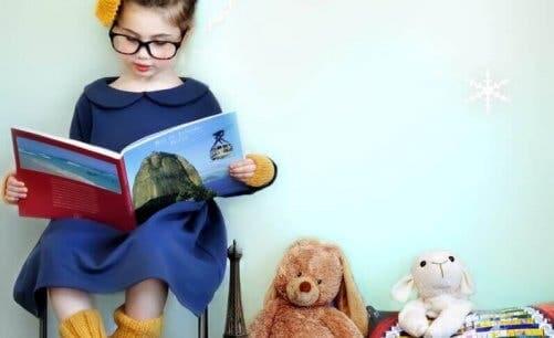 Pige med briller læser bog