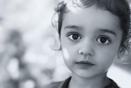 Sort og hvid billede af ung pige