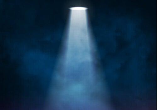 Spotlight effekten: Hvorfor det føles som om, alle kigger på dig