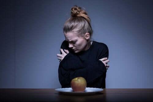 Kvinde foran æble lider af anoreksi