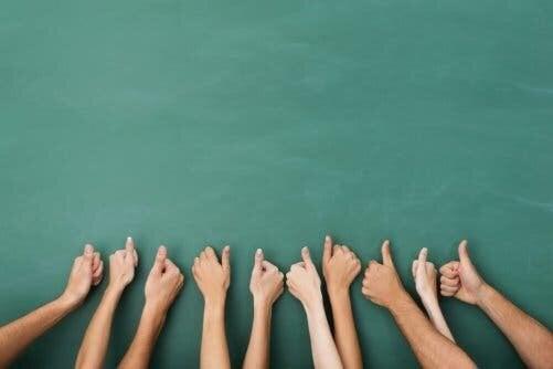 En masse tommelfingre, der vender opad, symboliserer at bruge den grønne overstregningstusch i overført betydning