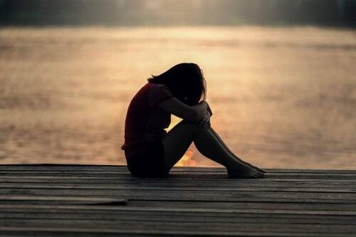 Trist kvinde ved sø