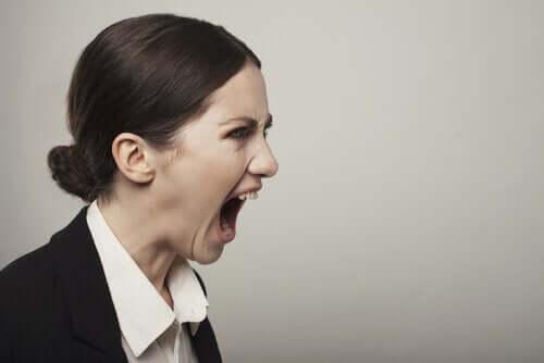Vred kvinde, der råber