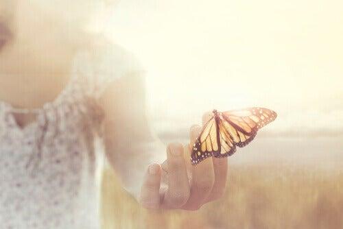 Sommerfugl på kvindes hånd