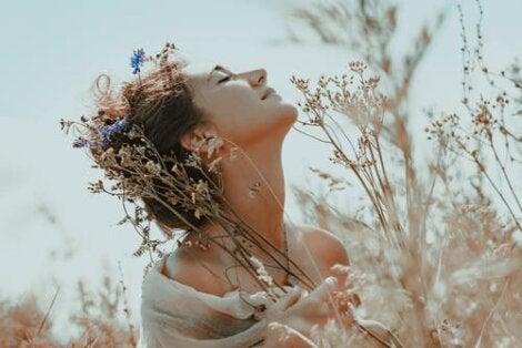 Kvinde på blomstermark illustrerer følelsen af, at jeg tror på mig selv