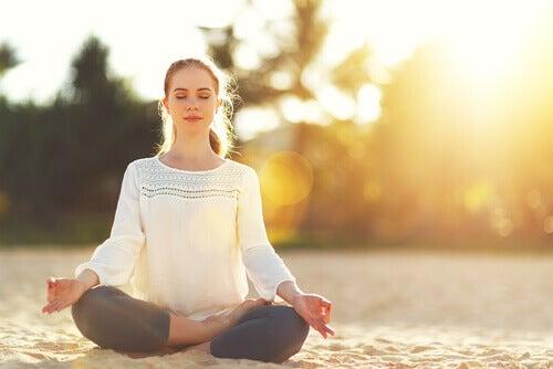 Kvinde mediterer, da det er en af de vigtigste nøgler til velvære