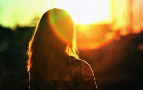 Kvinde og solnedgang