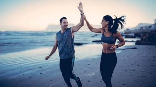 Par løber og giver hinanden high five