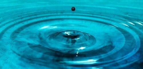 Vanddråbe lander i vand