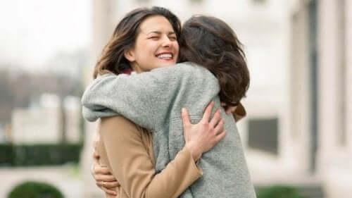 Eksempel på at udtrykke følelser gennem kram