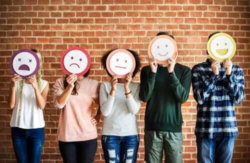Folk med forskellige smiley'er foran deres ansigt
