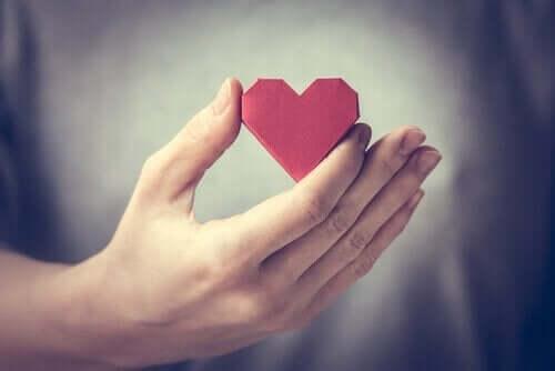 Person med hjerte i hånden