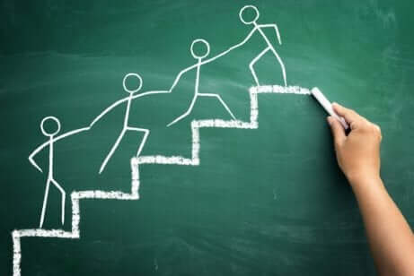Kridttegning af folk, der hjælper hinanden på en trappe