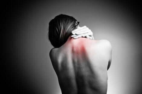 Kvinde, der har ondt i nakken